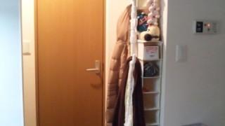 賃貸向けの、つっぱり式ポールハンガーを使った玄関収納